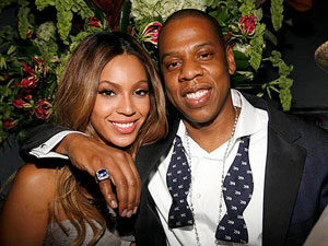 1 Beyonce engagement ring couple photo 300x225 - Beyoncé's Engagement Ring