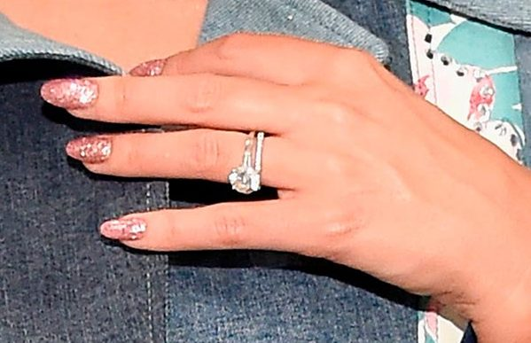 3 Miranda Kerrs Engagement Ring Close Up e1535678989282 - Miranda Kerr's Engagement Ring