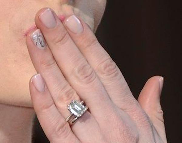 3 Anne Hathaways Engagement Ring Close Up - Anne Hathaway's Engagement Ring