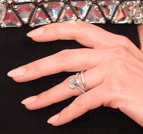 5 Anne Hathaways Engagement Ring Close Up 2 - Anne Hathaway's Engagement Ring