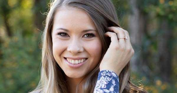 8 Bindi Irwins Engagement Ring Distance Photo - Bindi Irwin's Engagement Ring